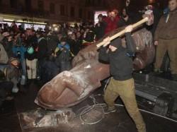 Ukrainians hack away at Kyiv's last remaining statue of Lenin